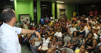 Elinaldo atende multidão que clama por emprego