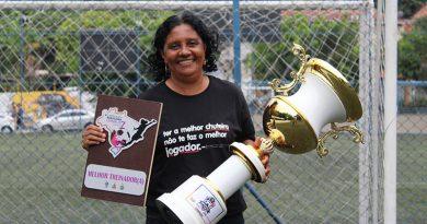 """Mulher em campo: """"Eu não me vejo sem o futebol, é o que eu amo fazer"""", declara Dilma Mendes"""