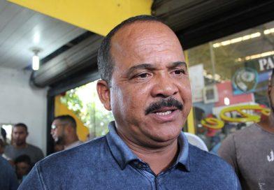 Após destruição em Arembepe, Elinaldo anuncia programa para auxiliar financeiramente pescadores e marisqueiras na baixa estação