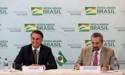 """Bolsonaro afirma que MEC estuda """"descentralizar"""" investimentos nas faculdades de ciências humanas"""