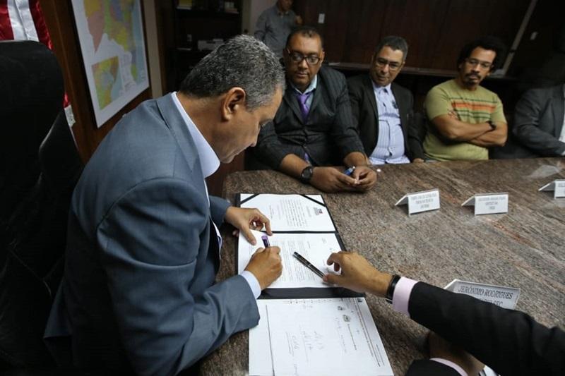 Acordo entre Governo da Bahia e técnicos e analistas administrativos das universidades estaduais define nova tabela de vencimentos