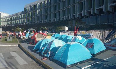 Professores e estudantes da Uneb estão acampados em frente à Secretaria de Educação no CAB