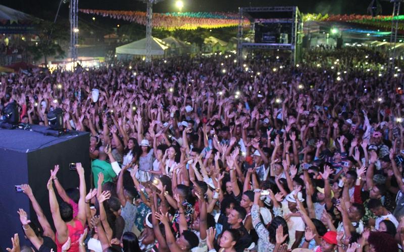 São Pedro de Dias d'Ávila: Lambasaia enlouquece multidão e fecha primeiro dia de festa