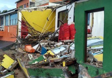 Força do mar derruba imóveis em Arembepe; quatro restaurantes são interditados