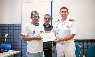 Pescadores recebem carteira profissional de aquaviário