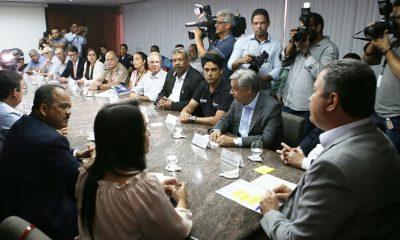 Governador e prefeitos se unem para minimizar impactos causados por óleo no litoral baiano