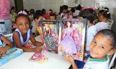 Solidariedade: funcionários da Continental entregam brinquedos em creche no Limoeiro