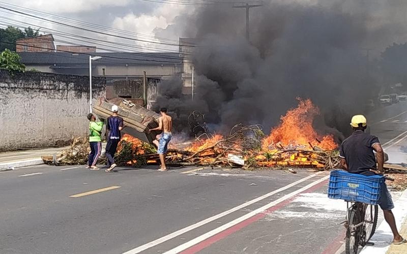Após demolição de construções, ocupantes de terreno interditam Avenida 28 de Setembro