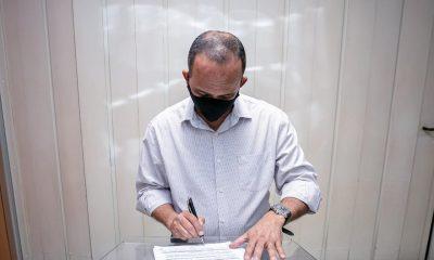 Elinaldo libera realização de cultos e funcionamento de óticas, cartórios, contabilidade e advocacia