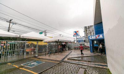 Prefeitura instala toldos e banheiros em frente de agências da Caixa