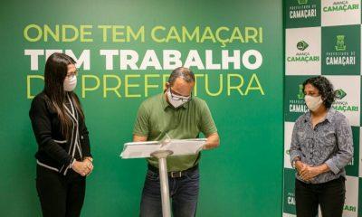 Elinaldo assina quatro ordens de serviços para requalificação de campos e praças em Camaçari