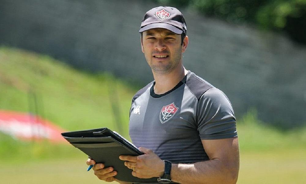 Vitória anuncia demissão do técnico Bruno Pivetti