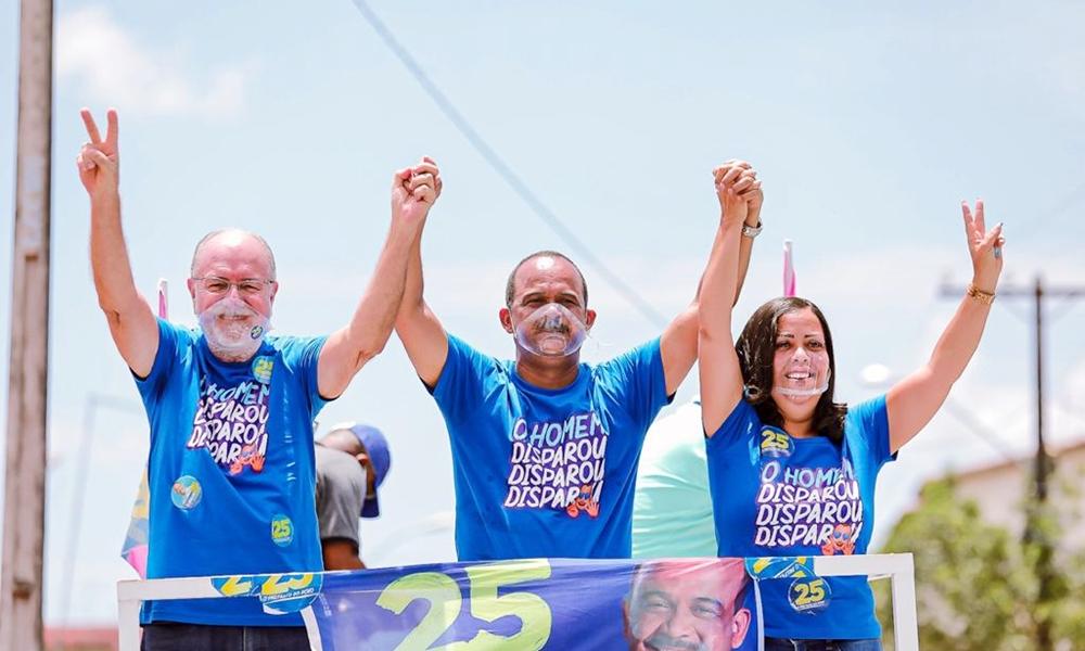Elinaldo confirma favoritismo e é reeleito prefeito de Camaçari