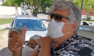 Em Lauro de Freitas, Sidney Magal é vacinado contra o coronavírus