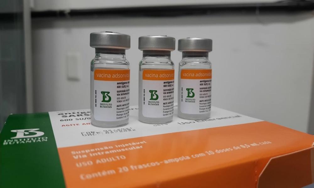 Camaçari recebe 2.430 doses da CoronaVac e vacinação será retomada