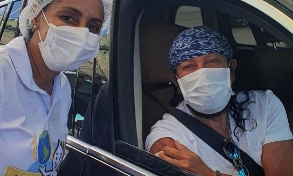 """""""Primeira dose de esperança"""", diz Bell Marques após ser vacinado em Salvador"""