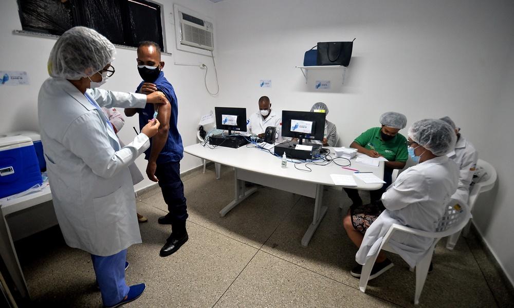 Rodoviários começam a ser vacinados contra Covid-19 em Salvador