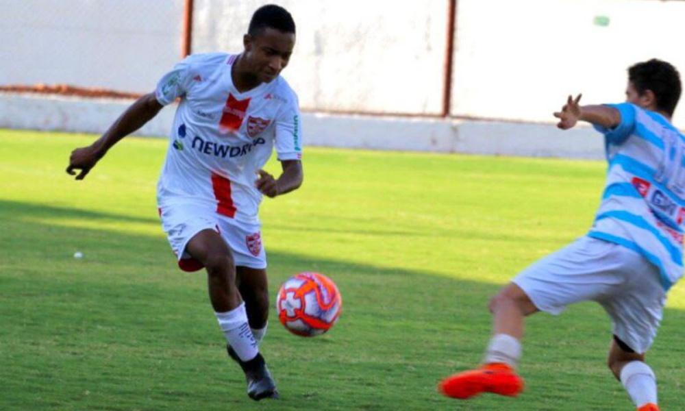 Lateral com passagem pelo futebol peruano, Bruninho reforça o Camaçari para disputa do Baianão