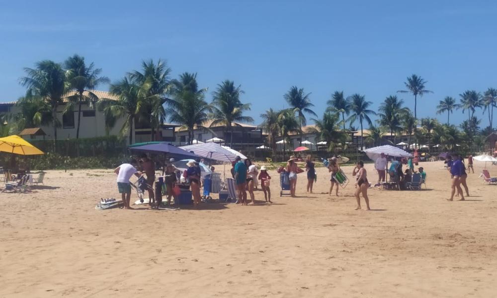 Defesa Civil retira mais de duas mil pessoas da praia de Guarajuba