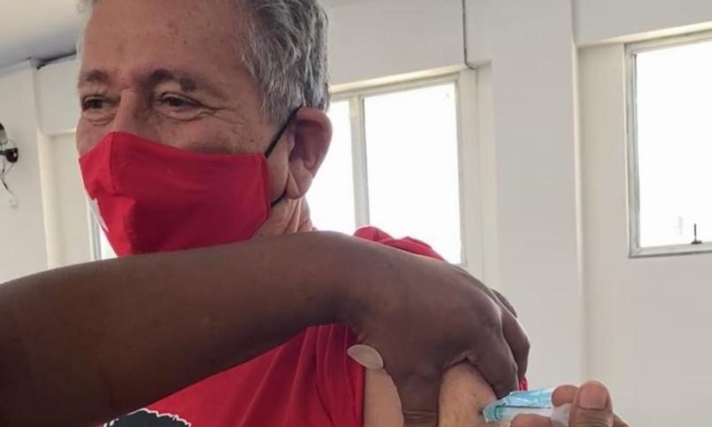 Caetano é vacinado contra Covid-19 em Vila de Abrantes