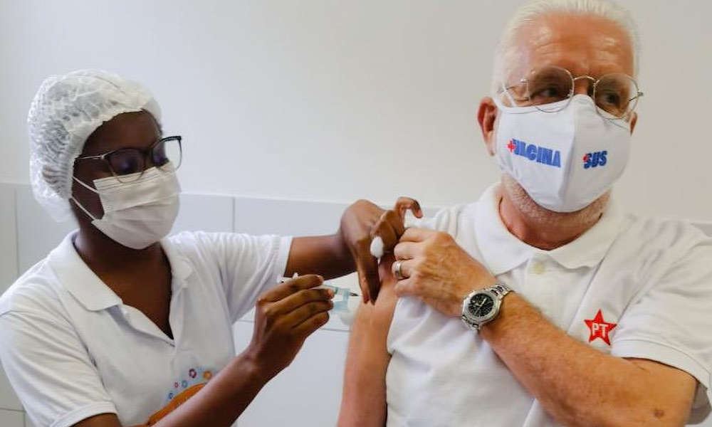 Jaques Wagner toma segunda dose da vacina contra Covid-19