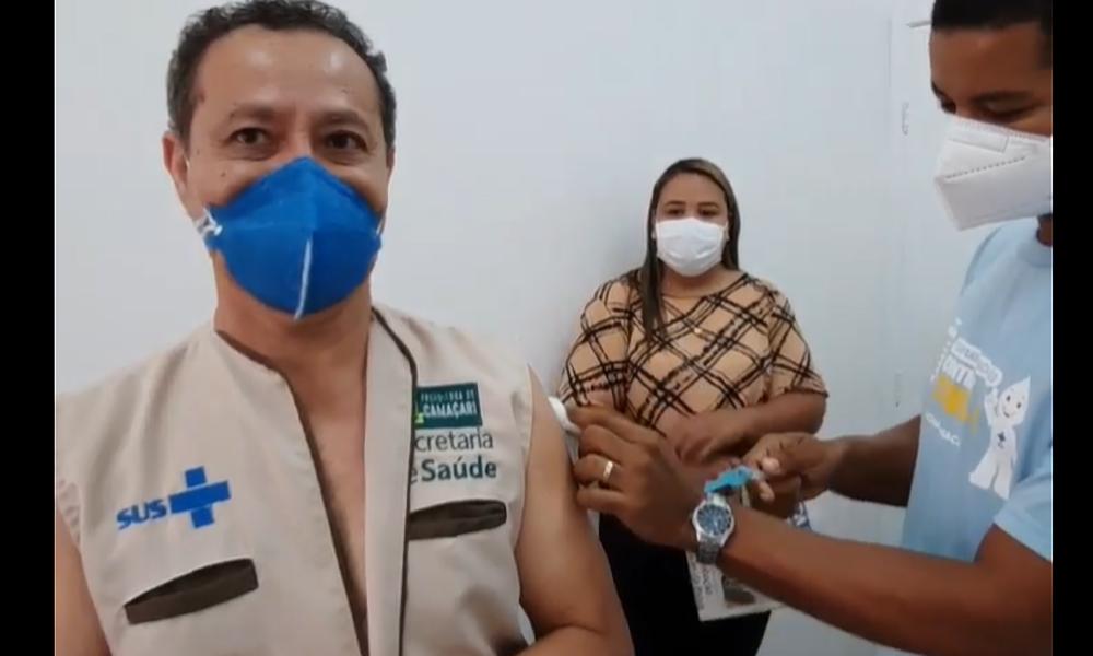 Secretário de Saúde de Camaçari, Elias Natan é vacinado contra Covid-19