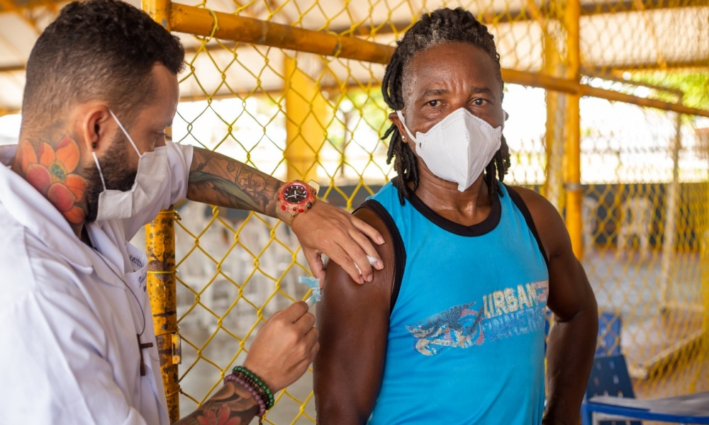 Agentes de limpeza começam a ser vacinados em Lauro de Freitas; vacinação drive-thru é suspensa