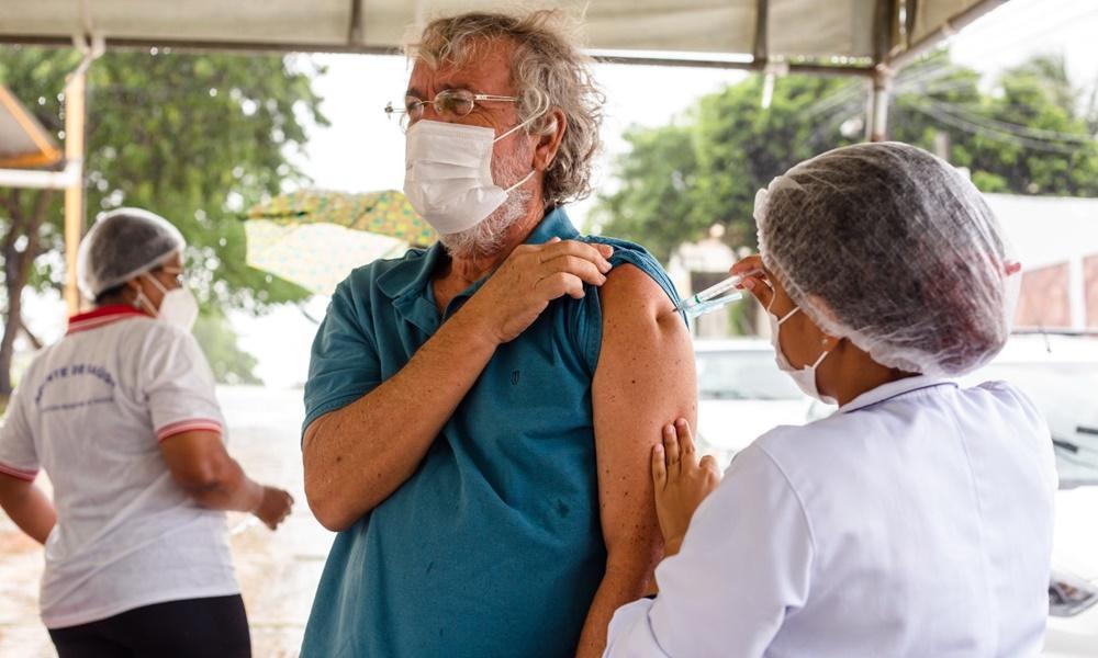 Lauro de Freitas continua aplicação da primeira dose da vacina contra a Covid-19