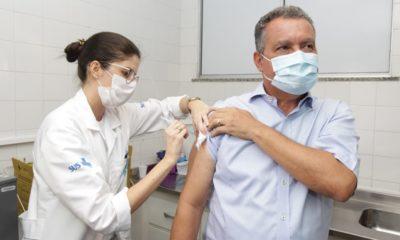 Rui Costa é vacinado contra Covid-19 em Salvador
