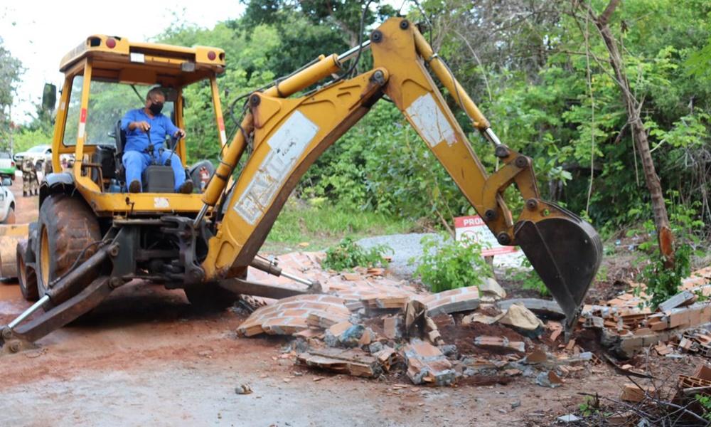 Construção irregular em área de preservação permanente é derrubada em Itacimirim