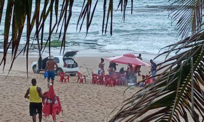 Moradores flagram carro com paredão na areia da praia em Arembepe