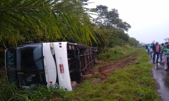 Ônibus tomba na BA-093 e duas pessoas ficam feridas