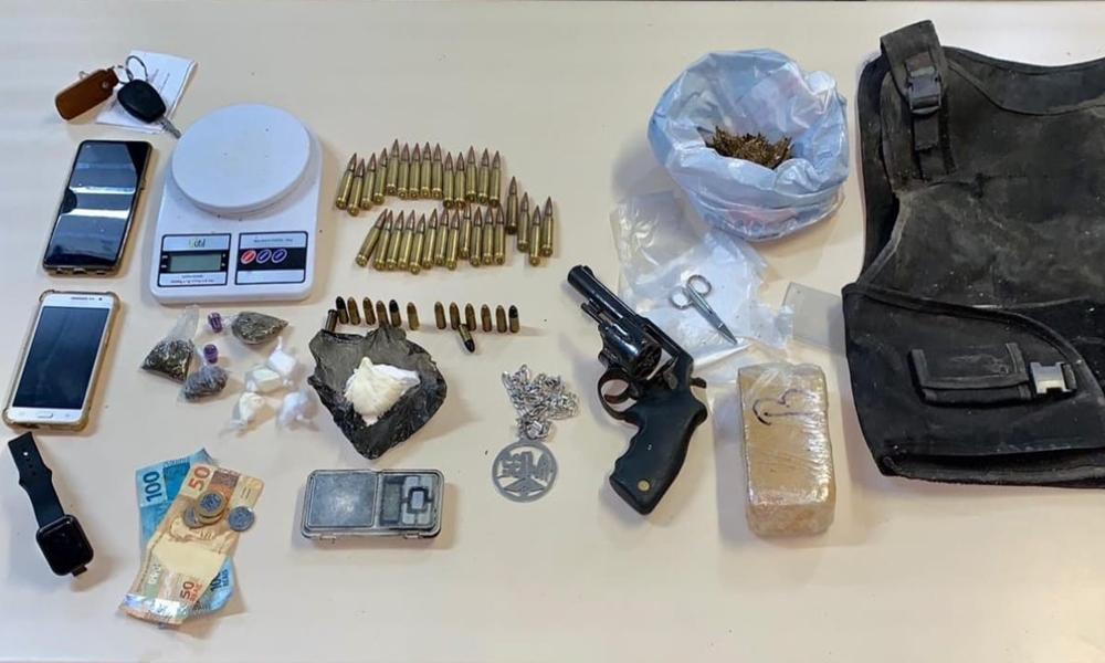 Homens são presos por porte ilegal de arma, tráfico de drogas e receptação no Parque Verde II