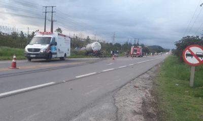 Homem morre após colidir de frente com carreta-tanque na BA-093