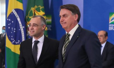 Bolsonaro oficializa indicação de André Mendonça ao STF