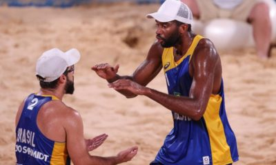 Evandro e Bruno Schmidt vão às oitavas no vôlei de praia em Tóquio