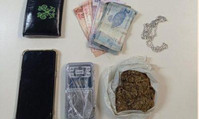 Jovem é preso com maconha e balança de precisão na mochila no bairro Camaçari de Dentro