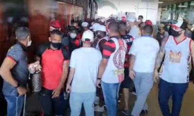 Assista: jogadores do Vitória são recebidos sob protestos de torcedores no aeroporto de Salvador
