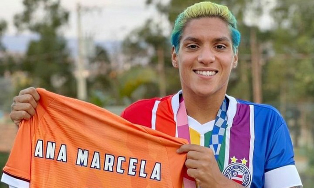 Medalhista olímpica Ana Marcela posa com camisa LGBTQIA+ do Bahia