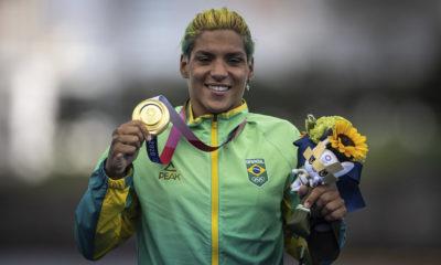Baiana Ana Marcela conquista medalha de ouro na maratona aquática