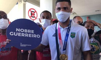 Pugilista Hebert Conceição é recebido com festa no aeroporto de Salvador