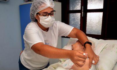 Vacina Express garante imunização de idosos com a terceira dose em domicílio