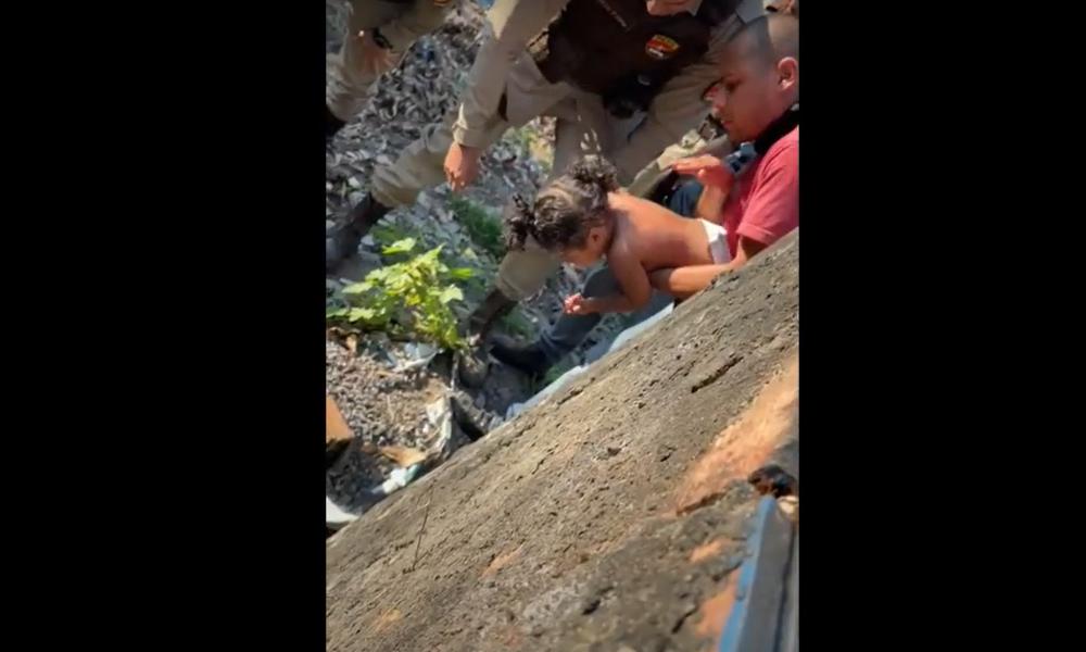 Vídeo: policial militar salva criança engasgada com moeda de cinco centavos em Salvador