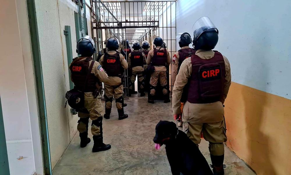 Polícia Militar e Seap apreendem 18 celulares, acessórios e drogas no presídio de Mata Escura