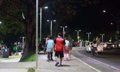 Melhorias na iluminação atraem camaçarienses para prática de exercícios na Praça dos Quarenta e Seis