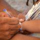 Crianças recebem pulseiras de identificação nas praias de Salvador no feriadão