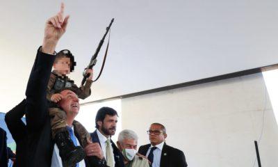 Comitê da ONU dos Direitos da Criança condena Bolsonaro por uso de criança com arma de brinquedo e fardamento militar