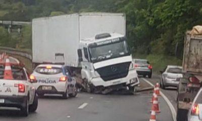 Motorista perde controle de caminhão-baú e invade pista contrária na Via Parafuso