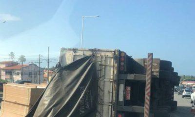 BA-099: carreta carregada de lâminas de madeira tomba e deixa trânsito parado em Catu de Abrantes